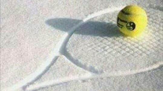 Bild-Tennisschlaeger-Schnee1